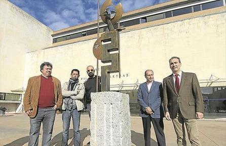 La facultad de Filosofía y Letras luce una escultura en honor a Cervantes   Comarca Miajadas-Trujillo   Scoop.it