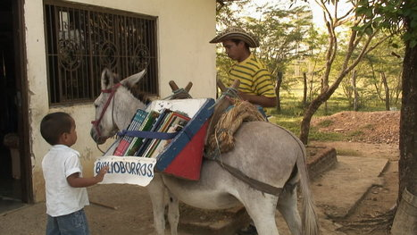 There's a Teacher Roaming Rural Colombia Atop Two Donkeys, Bringing a MOBILE Library to Children · Global Voices | Le BONHEUR comme indice d'épanouissement social et économique. | Scoop.it