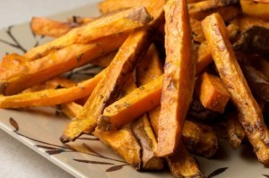 Oven Baked Sweet Potato Fries with Rosemary and Garlic Recipe | À Catanada na Cozinha Magazine | Scoop.it