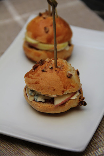Mini burgers à la fourme d'ambert , chutney de figues pomme crue | The Voice of Cheese | Scoop.it