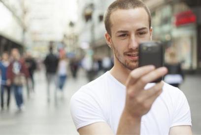 77 % des 18-30 ans consultent leur smartphone dès le réveil   COURRIER CADRES.COM   L'actu de la téléphonie mobile   Scoop.it
