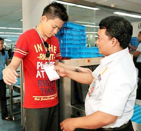 "Seaman barred at NAIA for anti-littering case (""litterers deserve the delay"") The Phil Star Digital 