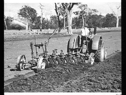 Photograph - Sunshine Harvester Works, Farm Equipment Manufacture & Field Trials, Pinjarra, Western Australia, circa 1920s-1930s - Museum Victoria | Western Australia in the 1930's | Scoop.it