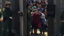 El emotivo abrazo de 3 minutos en la frontera de México y EE.UU. entre una madre y una hija separadas desde hace 6 años - BBC Mundo | limes | Scoop.it