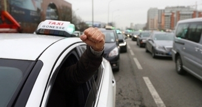 Taxi protest in Paris turns to guerrilla warfare as Uber car attacked on freeway | Shrink and Geek | Scoop.it
