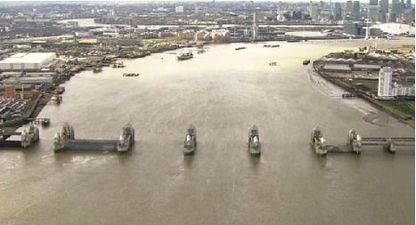 A helicopter journey along the flooded Thames | Geografie Onderbouw | Scoop.it