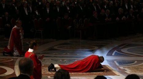 El Papa reza tendido en el suelo durante el rito del Viernes Santo | adriantsn | Scoop.it