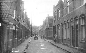 Melkboer op driewielige motorbakfiets in Druivenlaan, 1935 | Blik op het verleden: Alkmaar | Scoop.it