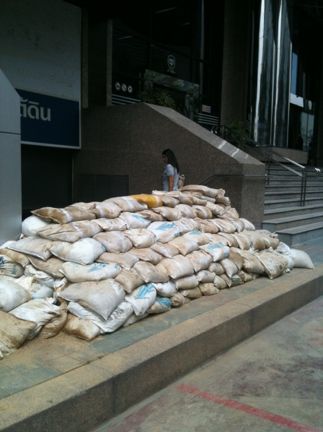 Sandbag barriers ready at Fortunetown on Twitpic | Thailand Floods (#ThaiFloodEng) | Scoop.it