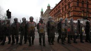 Une querelle autour de l'Union Jack plonge Belfast dans la violence - FRANCE 24   Irish imigration   Scoop.it