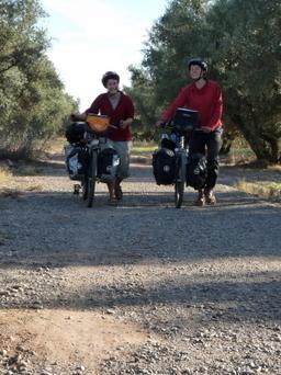 7 000 km à vélo pour partager leur savoir-faire avec des petits | RoBot cyclotourisme | Scoop.it