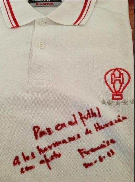 Gesto de un grande: el Papa firmó una camiseta de Huracán - DiarioPopular.com.ar | Papa Francisco | Scoop.it
