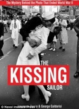 Authors ID 'Kissing Sailor' duo... and his wife is in the background of the photo | Fables in Photojournalism | Scoop.it