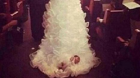 Per il giorno del sì, la sposa percorre la navata con la figlia... nello strascico - Tgcom24   Weddings   Scoop.it