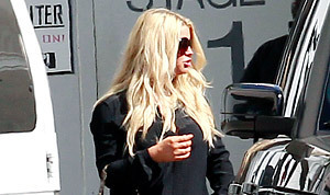NEW PIC: Jessica Simpson Shows Off Toned Legs in Sexy Black Shorts, Sky ... - Us Magazine | Amazing Rare Photographs | Scoop.it