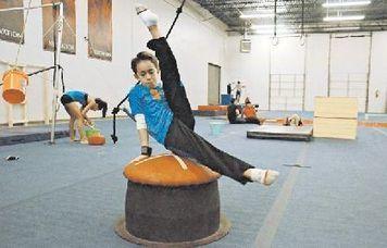 Ex veterano de guerra entrena a niño gimnasta mexicano