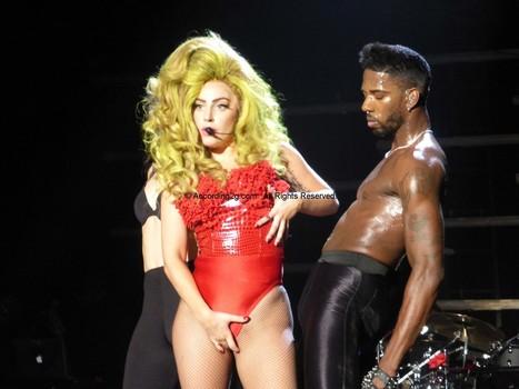 Lady Gaga da sorpresita a sus fans desnudándose en su show | MUSIC FUNNY | Scoop.it
