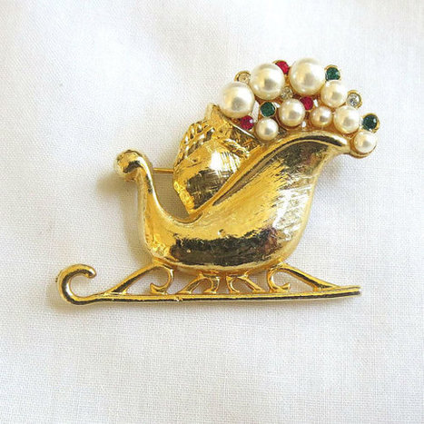 Vintage Christmas Sleigh Brooch with Red, Green & Clear Rhinestones and Faux Pearls   Favorite Vintage Jewelry   Scoop.it