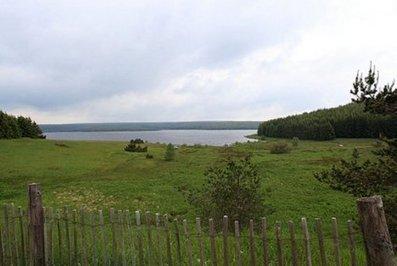 """Une étape """"géniale"""" en Lozère (48), au bord du lac de Charpal. - Le Monde du Camping-Car, l'actualité du camping-car   Margeride   Scoop.it"""