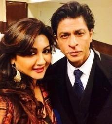 Bangladeshi actress Joya Ahsan selfy with Shah Rukh Khan | JUICY CELEBRITY | Scoop.it