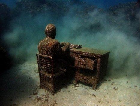 Il fabrique des sculptures dans un matériau spécial, et observe ensuite leur lente métamorphose au fond des océans... Fascinant ! | Histoires d'Epaves | Scoop.it