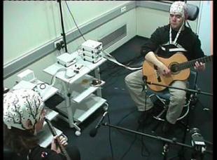 Los músicos de dúos sincronizan sus cerebros aun tocando notas distintas / Noticias / SINC - Servicio de Información y Noticias Científicas | PsyMag | Scoop.it