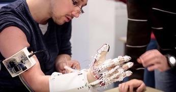 A Lille, des étudiants ingénieurs créent une main bionique imprimable en 3D | Vous avez dit Innovation ? | Scoop.it