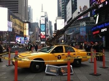 Une étrange hache géante plantée dans un taxi surprend les passants à Times Square | streetmarketing | Scoop.it