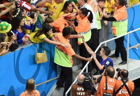 RVP gives away medal & captain's armband to Dutch superfan De Oranje Generaal | Schrotthandel | Scoop.it