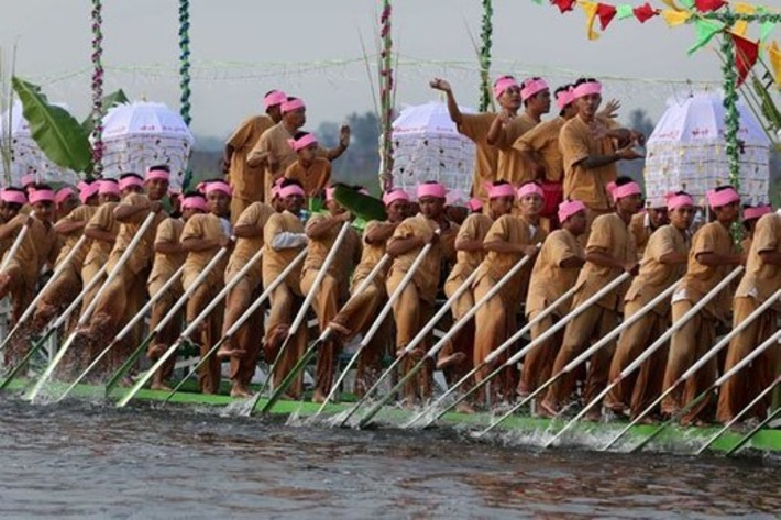 Sacred Buddha Images Tour Inle Lake at Famed Festival   The Irrawaddy   Asie   Scoop.it