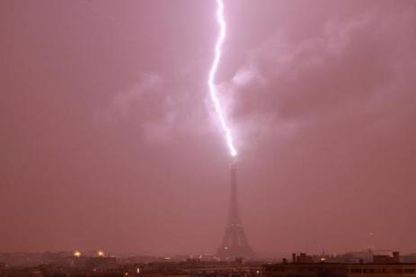 Coup de foudre sur la Tour Eiffel samedi soir   La Tour Eiffel   Scoop.it