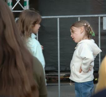 Dos niñas conversan... mientras pintan: ¿acaso mi hija habla demasiado? | Mi Kinder | Mi Kinder | Scoop.it