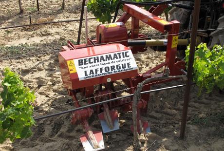 Complantation : Lafforgue arrache les pieds morts à la bêche mécanique | Machinisme viticole | Scoop.it