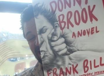 Bookface : le phénomène des gens qui posent avec des couvertures ...   idées graphiques   Scoop.it