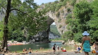 Pont d'Arc : sur les plages convoitées… | Tourisme en Ardèche | Scoop.it