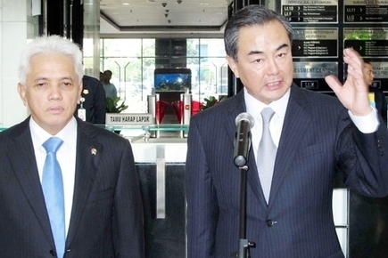 Wang Yi met with his Indonesian counterpart Marty Natalegawa | glObserver Global Economics | glObserver Asia | Scoop.it