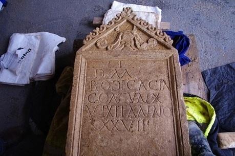 Les Découvertes Archéologiques: Le mystère s'épaissit sur une pierre tombale romaine découverte en début d'année en Angleterre | LVDVS CHIRONIS 3.0 | Scoop.it