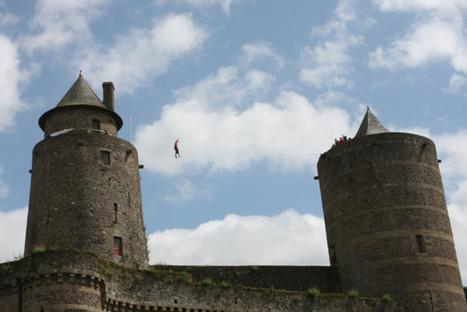 Vidéo : il marche sur une sangle au-dessus du château - La Chronique Républicaine | Le sport en milieu urbain | Scoop.it