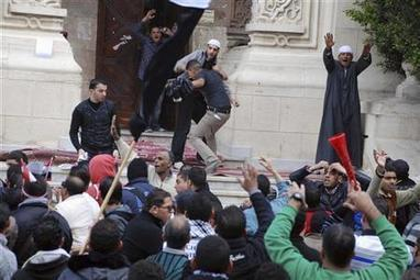Clashes erupt between protesters, security forces in Alexandria | Égypt-actus | Scoop.it