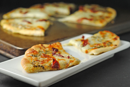 Grilled Pesto, Mozzarella, & Sundried Tomato Flatbread: Juanita's Cocina | The Secret Recipe Club | À Catanada na Cozinha Magazine | Scoop.it