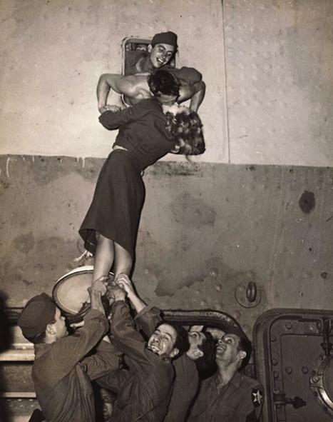 Marlene Dietrich besa apasionadamente a un soldado recién regresado a casa de la Segunda Guerra Mundial. En Nueva York, 1945. Fotografía de Irving Haberman | Foto periodismo digital ciudadano | Scoop.it