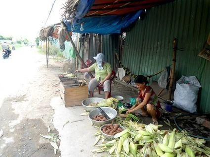 Une Vietnamienne qui prépare du maïs grillé à Saigon | Voyage au coeur du Vietnam | Scoop.it