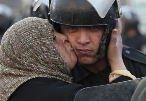 Photoblog - Demonstrations in Egypt turn violent, while some demonstrators kiss the police. | Nature Animals humankind | Scoop.it
