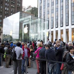 iPhone 5 debutta oggi in nove nazioni. Code da Sidney a New York. Apple verso record | WEBOLUTION! | Scoop.it