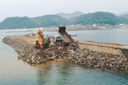 [Eng] Pour une ferme aquatique, une digue est construite avec des débris du tsunami | The Daily Yomiuri | Japon : séisme, tsunami & conséquences | Scoop.it