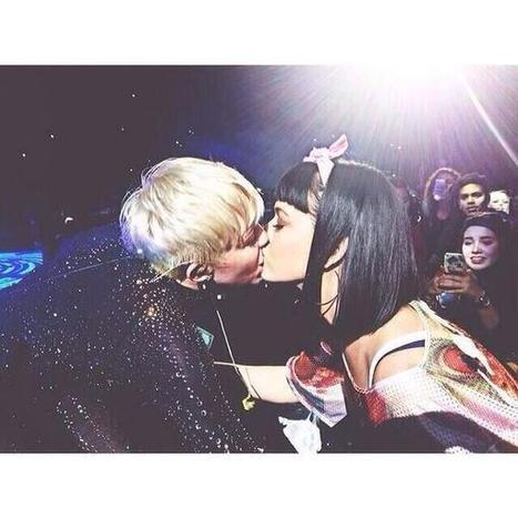 Miley Cyrus Kissed Katy Perry On The Lips - Blabber | Celebrity News | Scoop.it