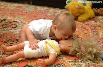 Parmoi: Un bébé fait un bisou une poupée héhéhéhé   Les choix de Charlotte, 9 ans   Scoop.it