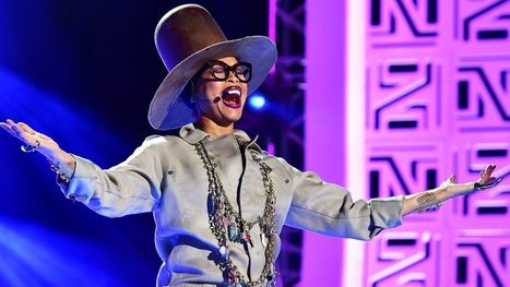 Watch Erykah Badu Scold Audience, Sing 'Phone Down' at Soul Train Awards | GetAtMe | Scoop.it