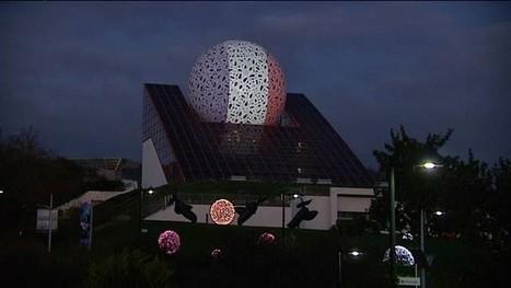 La boule du Futuroscope en bleu-blanc-rouge | Chatellerault, secouez-moi, secouez-moi! | Scoop.it