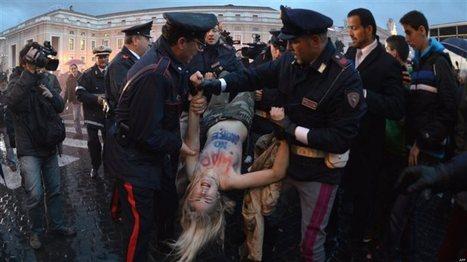 Deux femen seins nus place Saint-Pierre pendant le conclave - Le Huffington Post   sexisme   Scoop.it